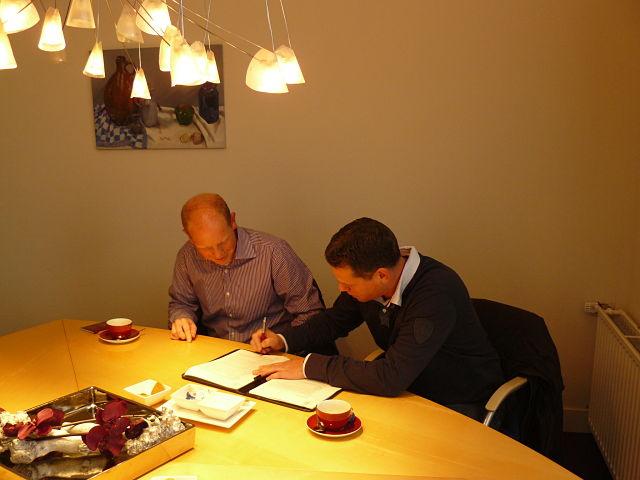 Ondertekening bij Notaris MR. C van der Laan