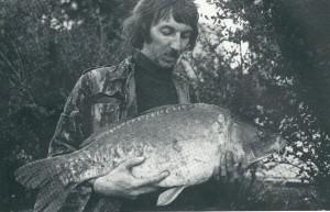 Rini Groothuis in de klassieker 'Karper' met een typerende jaren 1970 spiegel met matige conditie : 82 cm bij 19 pond