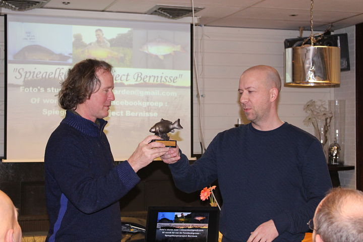 Mark van den Berg ontvangt wisseltrofee SKP wedstrijd