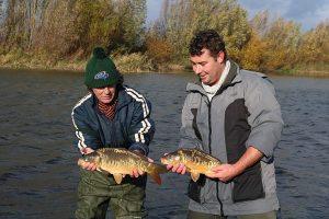 Coördinatoren Tim Frijters en Joris Weitjens met de laatste vissen van de dag.