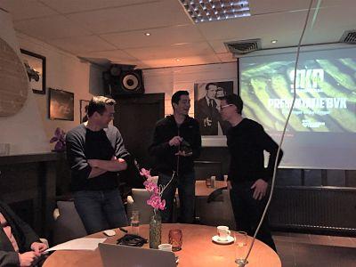 Filip Matthys overhandigt de BVK-bokaal aan Juri Froger