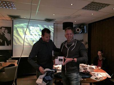 Ate Loonstra ontvangt de prijs van Jan Kamman