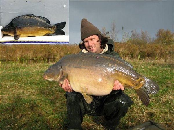 Johann Steenks van SKP-Nieuwkoop met een Vandeput-spiegel uit 2001. De precieze herkomst van deze vissen is echter niet te achterhalen.