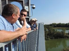 In 2016 was het BVK-bestuur op bezoek bij Vandeput in de Wijers waar (onder meer) karpers worden (op)gekweekt. Op de voorgrond Brecht Vandeput. Het gespreksonderwerp laat zich raden…