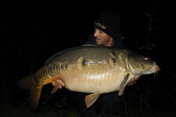 Ian Thiels met zijn fish of a lifetime vanop de rivier