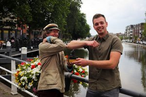 De aangepaste felicitaties van Joris voor de achtste winnaar Niels Koetsier aan het stadswater in Gouda