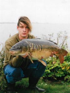 Roelof Schut, aanjager en organisator van het SKP op open water in Groningen dat in 1999 van start ging. Precies het jaar waarin Roelof het onderwerp van deze Spiegel van de maand ving op de zuidelijke randmeren.